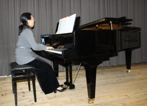 Akiko FORSTER am Klavier
