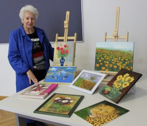 Elfriede Haberhauer mit ihren Bildern