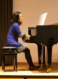 Akiko Miyamoto-Forster am Klavier